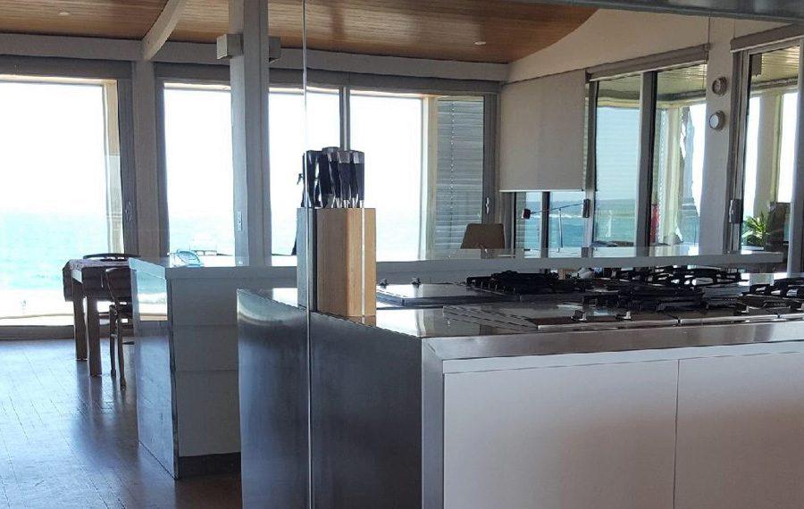 Mirror splashback in a kitchen