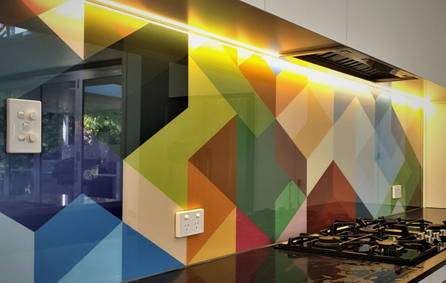 Printed splashback with multicoloured geometric pattern
